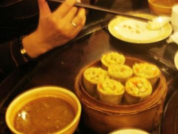 stol-zastawiony-chinskimi-potrawami-aina-travel