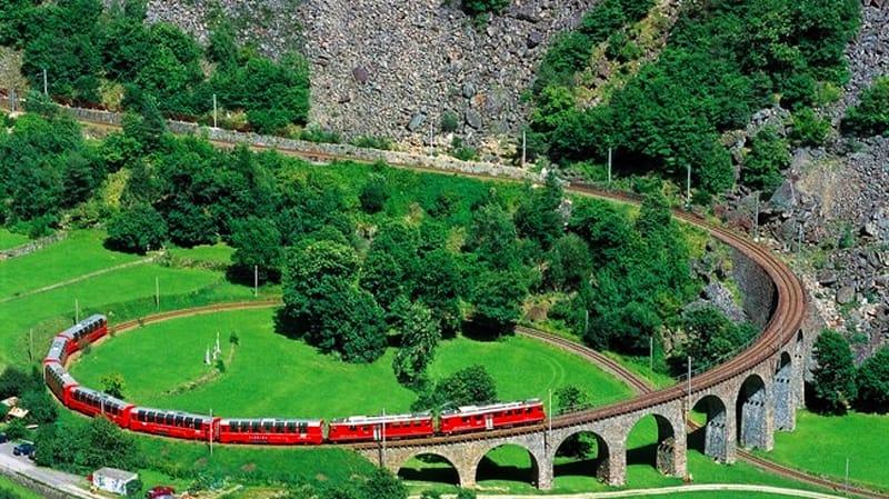 Szwajcaria - Włochy, to jedna z bardziej malowniczych tras kolejowych w Europie