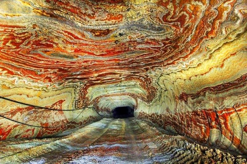 Wielobarwne tunele dawnej kopalni soli w Jekaterynburgu