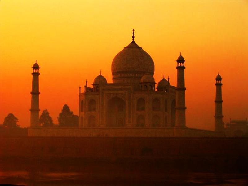 Mauzoleum Taj Mahal, to zdecydowanie obowiązkowy punkt na trasie Twojej wyprawy do Indii