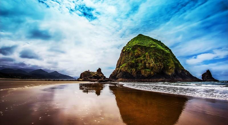 Haystack Rock, czyli jedna z największych skał wyrastających z oceanu.