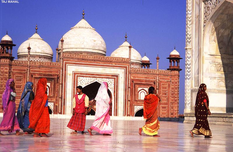 Taj Mahal jest chętnie odwiedzany nie tylko przez turystów, ale i mieszkańców Indii