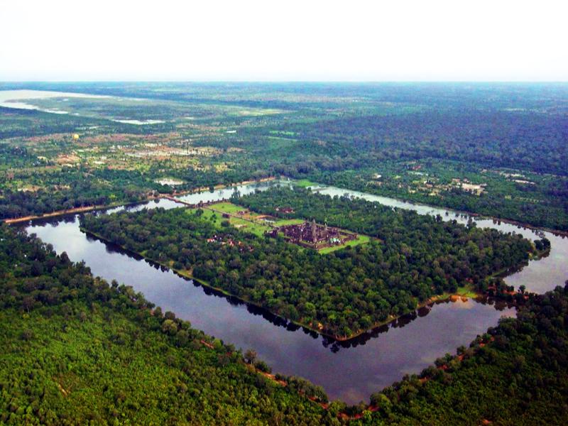 Widok na świątynię Angkor Wat z lotu ptaka1