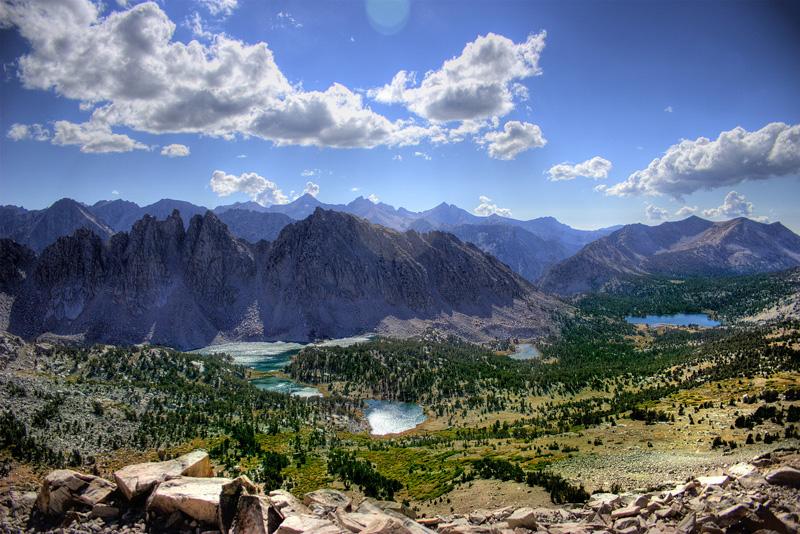 Z wielu miejsc na szlakach turystycznych roztacza się widok na góry Sierra Nevada