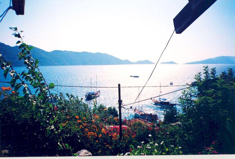 Łodzie płynące z kurortów Antalyi dobijają do wybrzeży Kekovy niemal codziennie