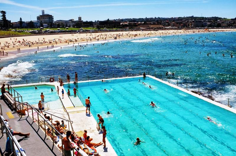 Bondi Beach oferuje plażowiczom niezliczone atrakcje, jak na przykład baseny, parki rozrywki, kluby, czy sezonowe festiwale