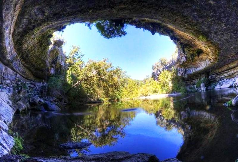 Swój oryginalny wygląd Hamilton Pool zawdzięcza procesom geologicznym, które miały miejsce tysiące lat wstecz
