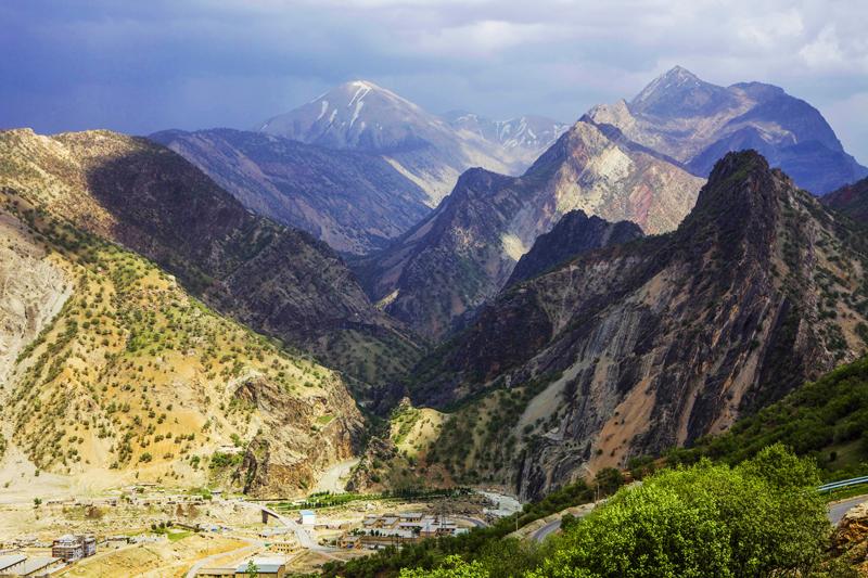 Malownicze góry Zagros znajdują się na północ od miasta Ahwaz