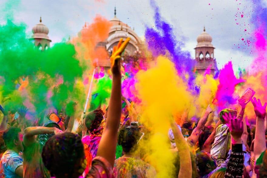 walka-na-kolory-swieto-holi-w-indiach-aina-travel