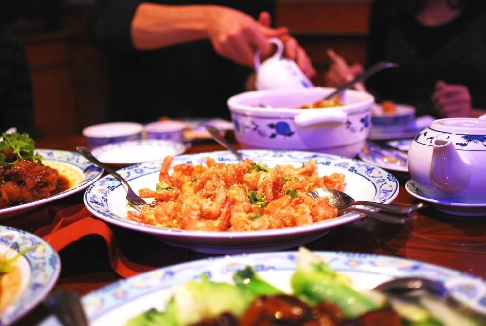 Chiński stół suto zastawiony jedzeniem