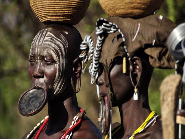 W Etiopii wśród grupy etnicznej Mursi wciąż żywy jest zwyczaj noszenia krążków wargowych.