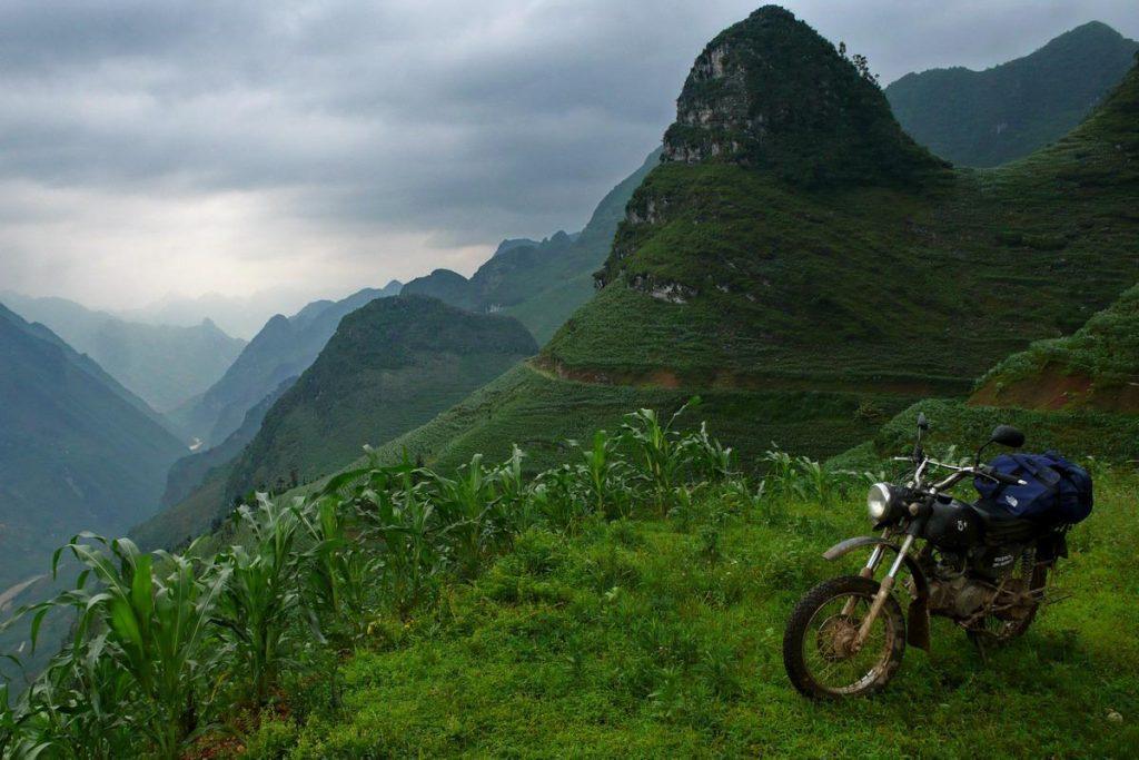 Wietnam wspaniale się zwiedza z perspektywy jednośladowej.