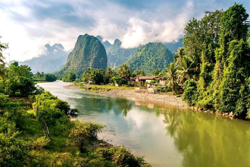 Zielone doliny Mekongu to przeważający krajobraz Laosu.