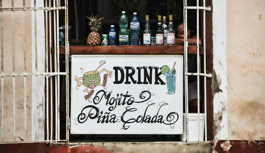 Kuba to nie tylko jedzenie, to właśnie tutaj powstało wiele napojów alkoholowych na bazie miejscowego rumu