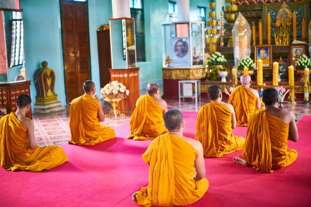 Buddyści w świątyni