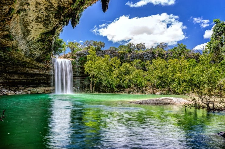 Hamilton Pool w Teksasie w USA to jezioro znajdujące się w grocie skalnej i do które spada 15 m wodospad. fot. Wells