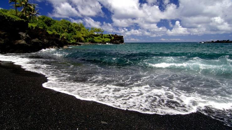 Plaża One'uli Maui na Hawajach w USA, plaza ta charakteryzuje się niezwykle czarnym piaskiem. fot. autor nieznany