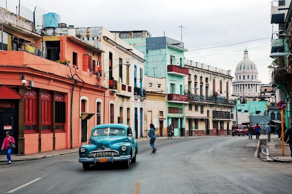 Stare samochody na kubańskich drogach.